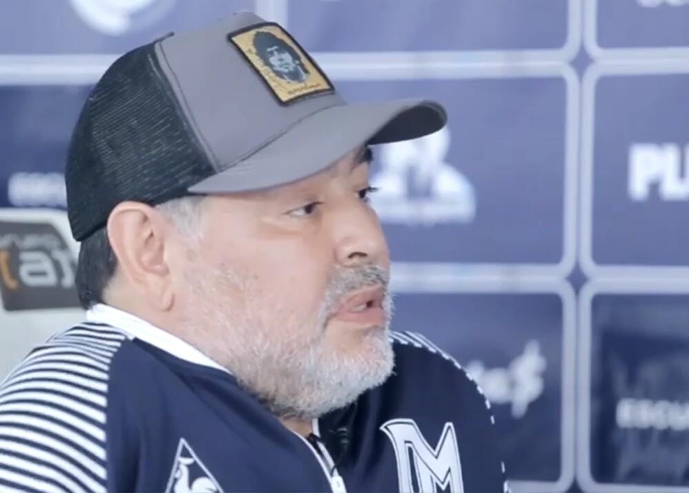 Maradona con gorra.jpg