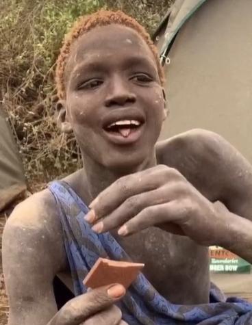 La increíble reacción de un joven que probó por primera vez en su vida el chocolate.PNG
