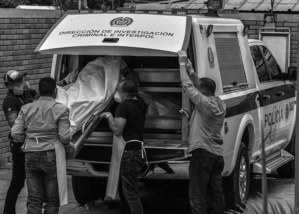 377074_Levantamiento de cadáver tras masacre // Foto: AFP, imagen de referencia
