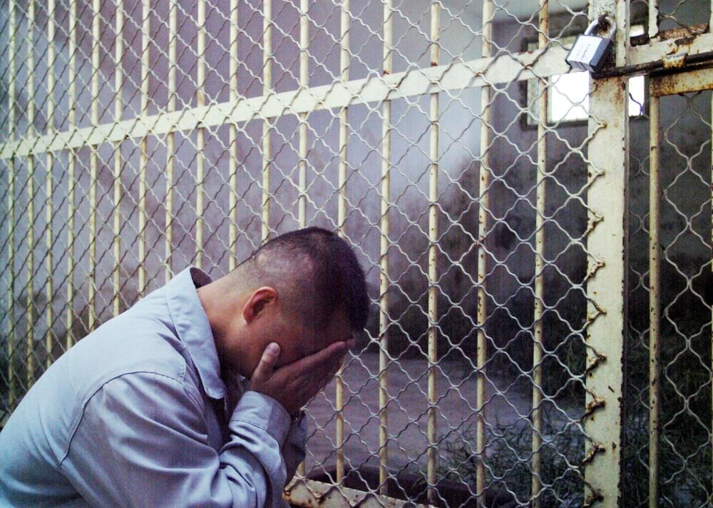 Hombre en una jaula