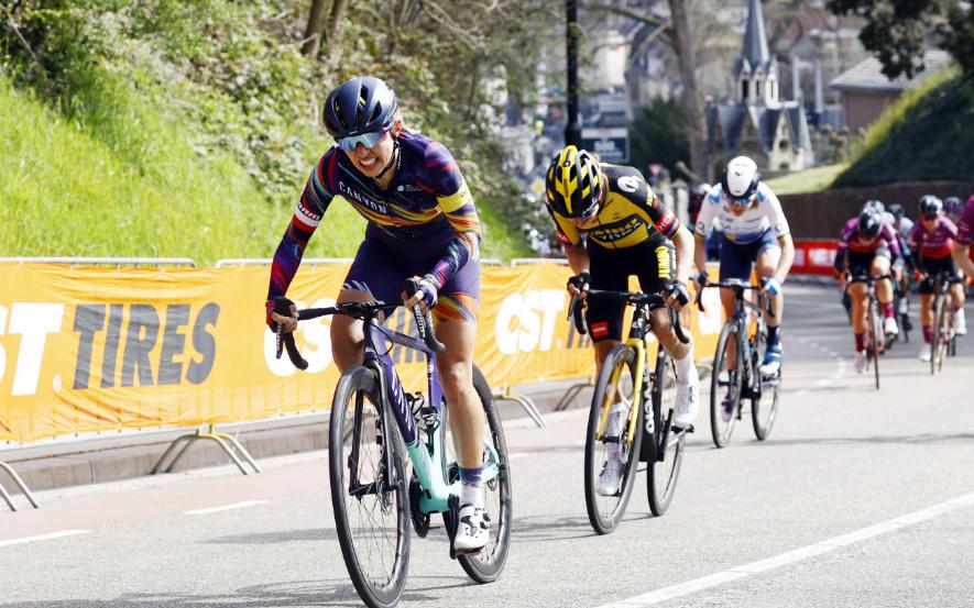 El salario mínimo de las ciclistas subió a 20.000 euros en 2021.