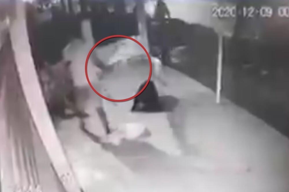 momento en el que hombre ataca con un bate a su vecino.jpeg