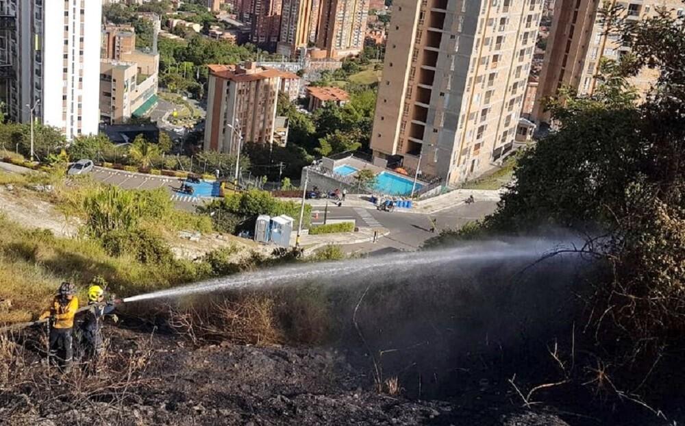 342562_BLU Radio. Bomberos controlan incendios forestales / Foto: Dagrd