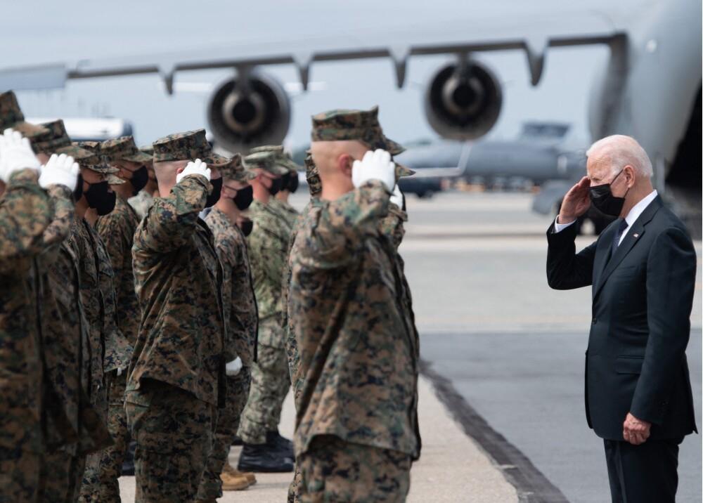 Biden recibiendo los restos de los 13 militares fallecidos Foto AFP.jpg