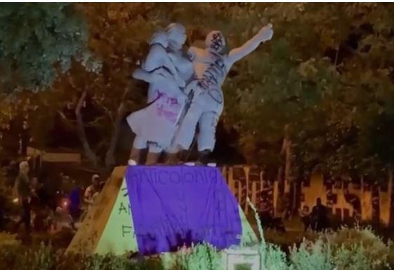 Derrumbaron el monumento a La Raza.JPG