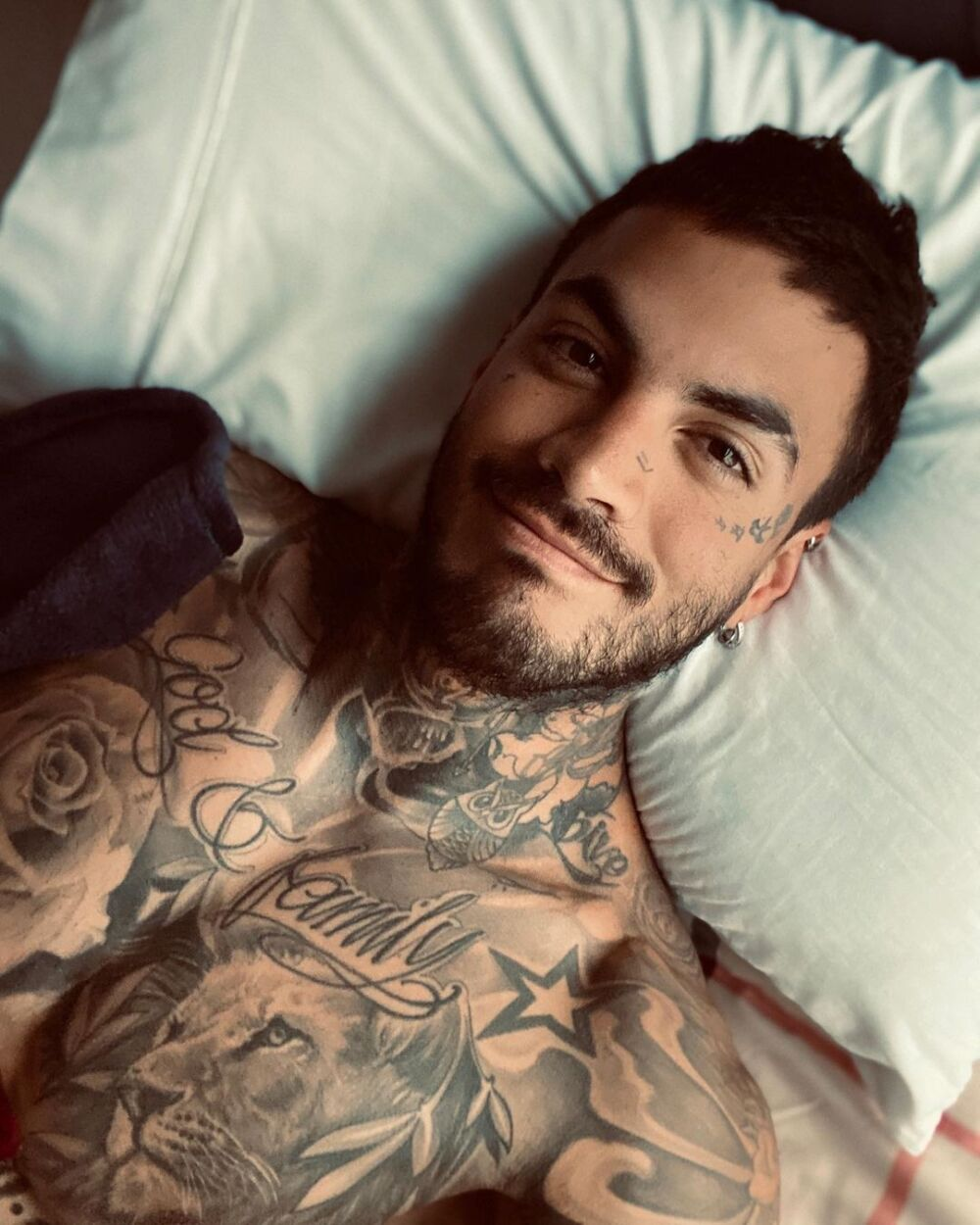 Mateo Carvajal responde a las críticas por el filtro de tatuajes que le puso a su hijo.