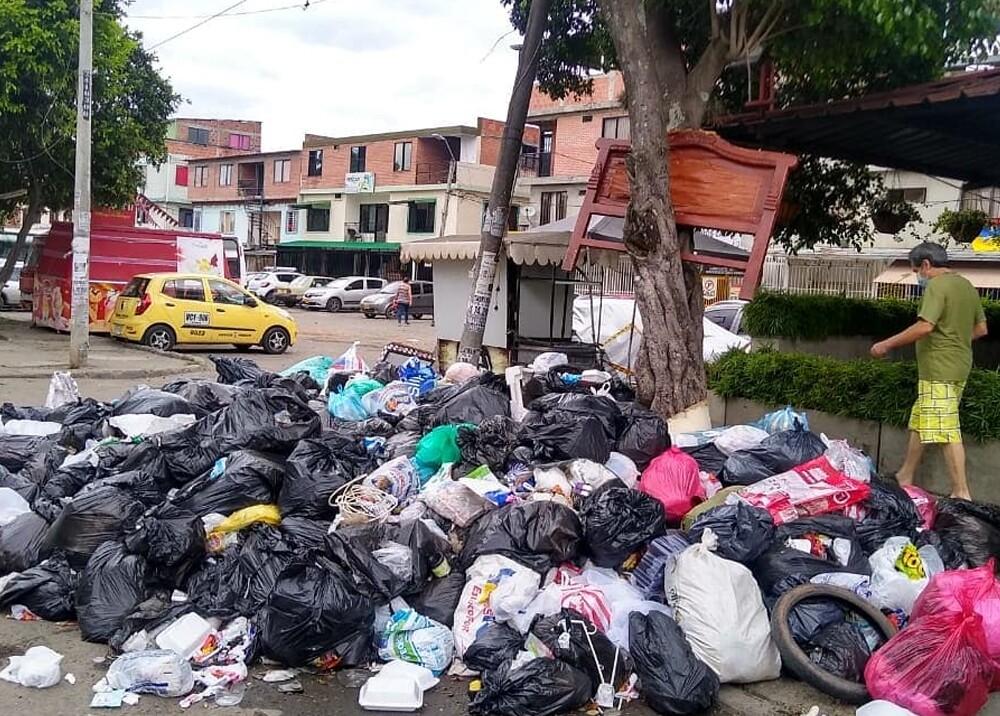 montañas de basura durante paro nacional en cali.jpg