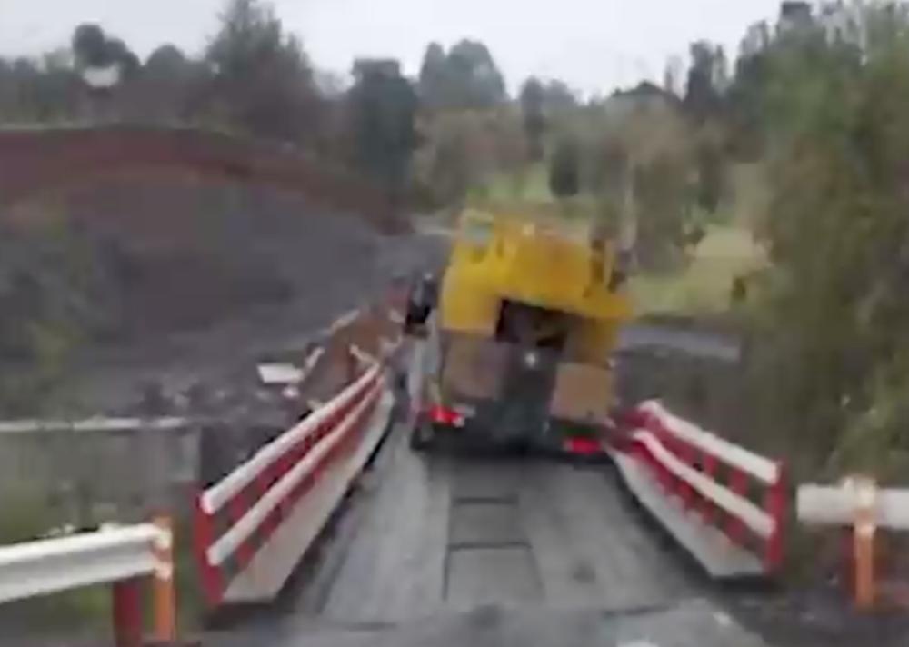 Chofer alcanzó a saltar de su camión segundos antes de que rodara a un río