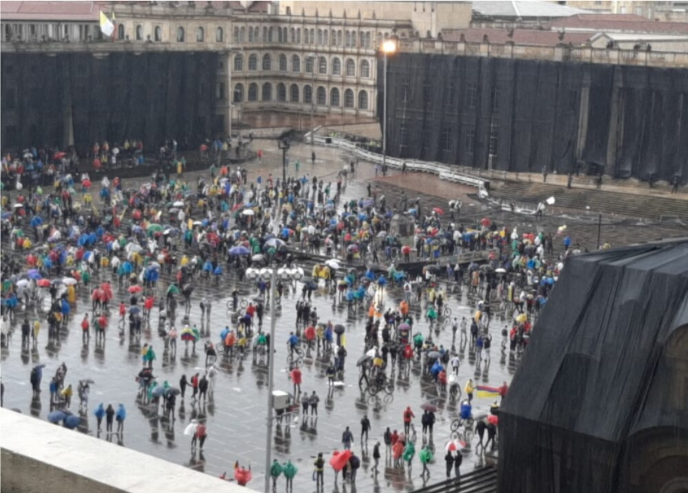 Manifestantes Plaza de Bolivar_Bogotá_BLU Radio.jpg