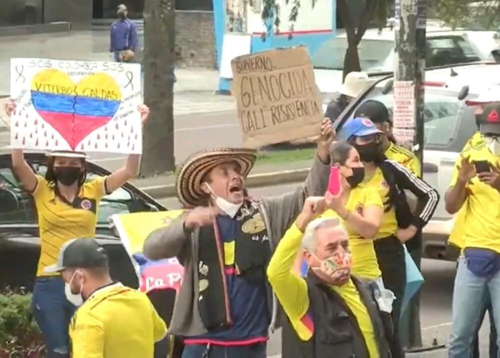 colombianos en embajada de Quito Foto captura de video.jpg