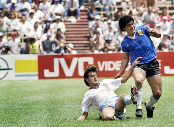 Steve Hodge y Diego Maradona en el juego entre Inglaterra y Argentina del Mundial 1986.