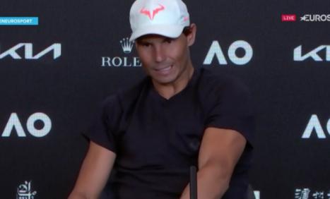 Rafael Nadal sufrió un calambre en rueda de prensa del Abierto de Australia.
