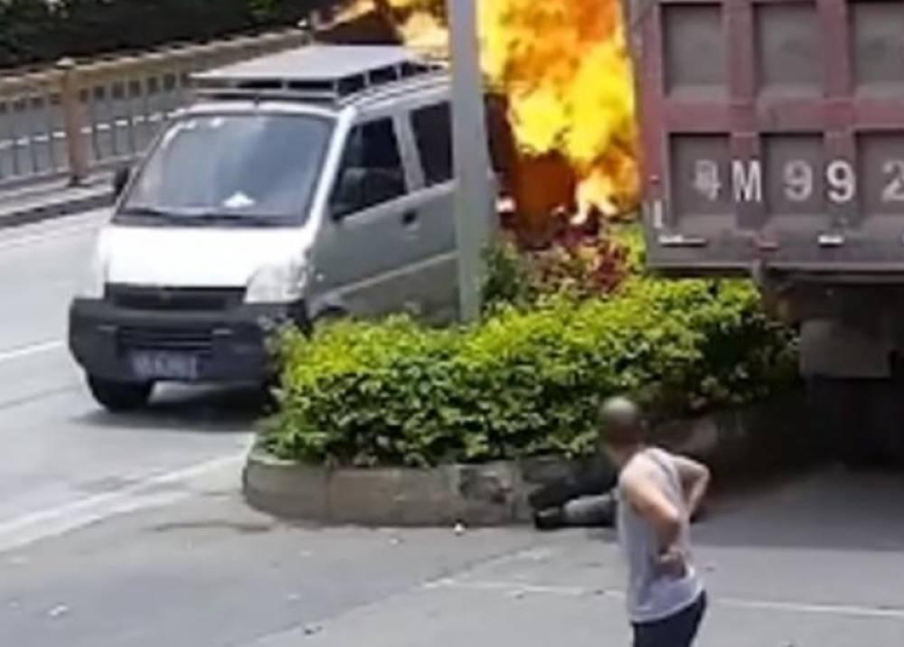 Vehículo en llamas a toda velocidad hacia estación de bomberos.jpeg