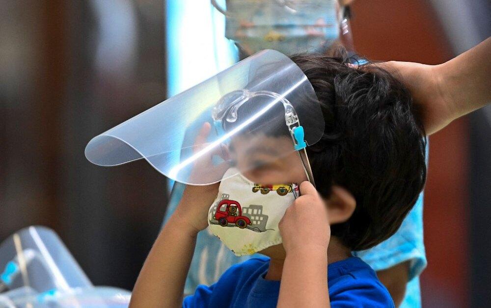 Niño con mascarilla en la pandemia