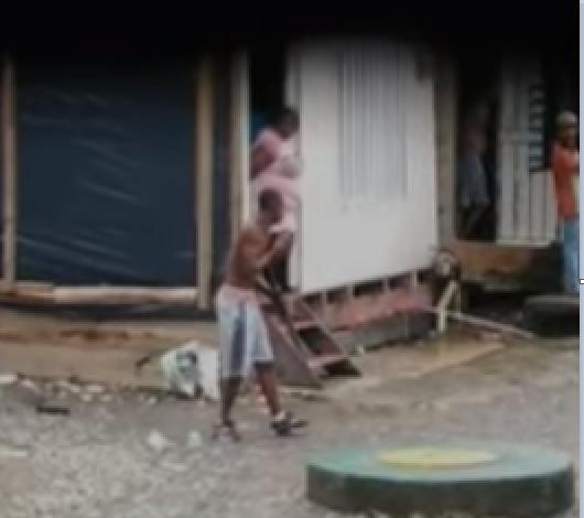 hombres con fusil en buenaventura.png