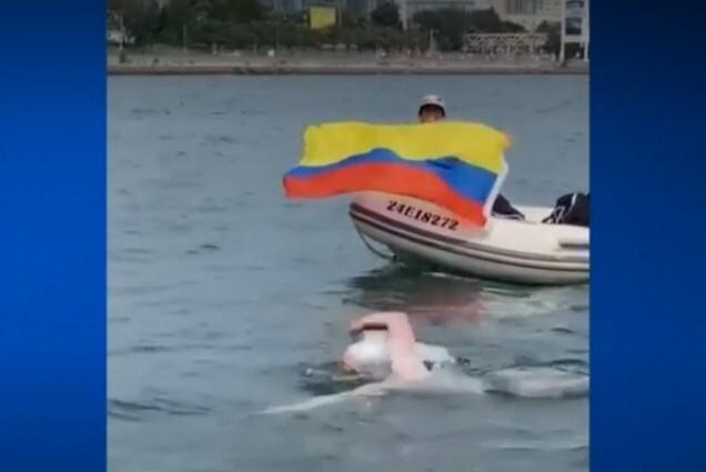 Médico colombiano atravesó nadando el lago Ontario por los niños autistas