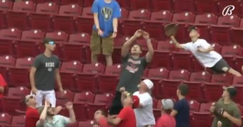 Un niño hizo una gran atrapada en juego de las Grandes Ligas.