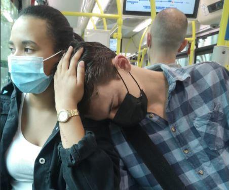 Mujer sostuvo la cabeza de un extraño.JPG