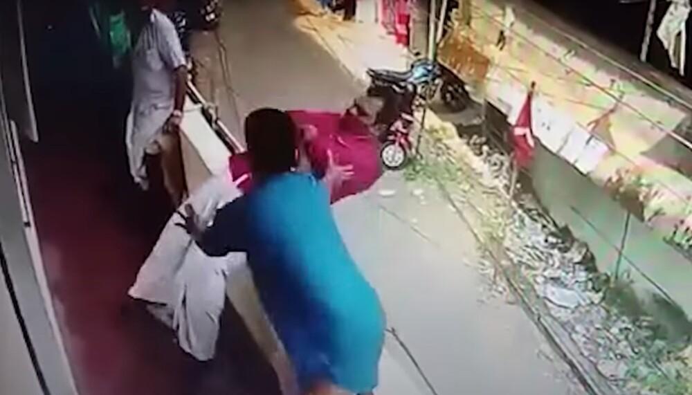 Hombre salvo otro en India