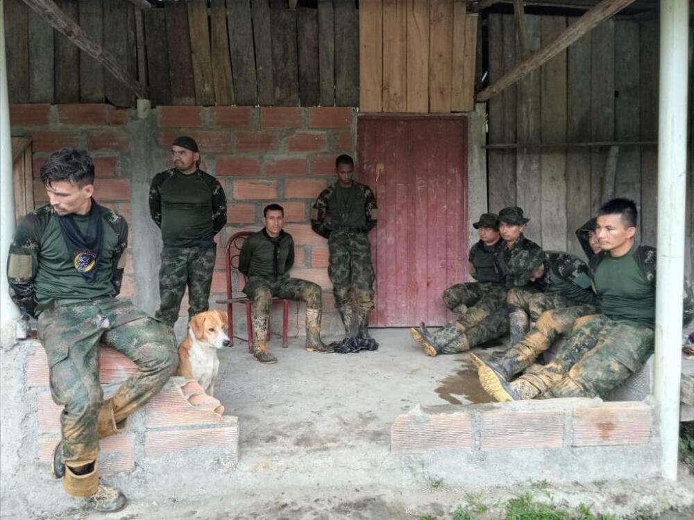 militares retenidos por indígenas en Choco.jpeg