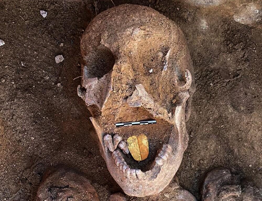 Momia con lengua de oro