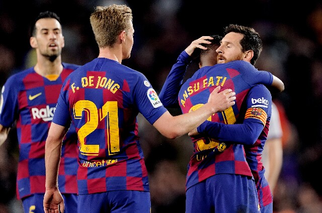 Ansu Fati celebra con Lionel Messi, en el Barcelona
