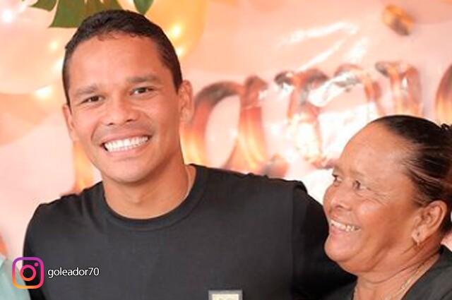 Futbolista profesional Carlos Bacca en foto con su madre