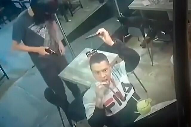 Siguió comiendo sus alitas mientras era asaltado