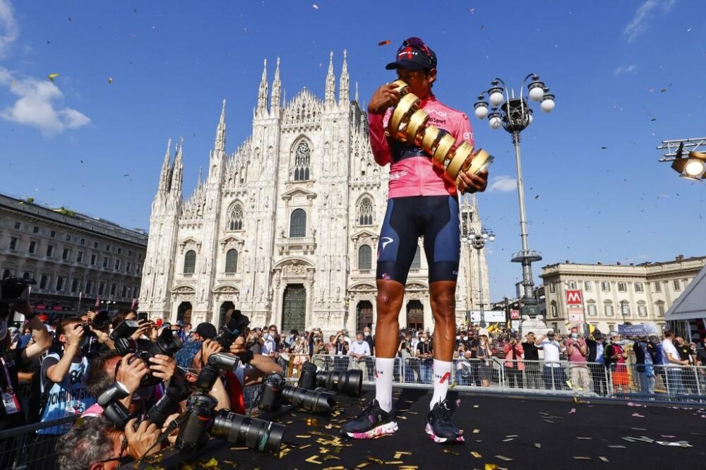 Egan Bernal besando el trofeo tras ganar el Giro de Italia