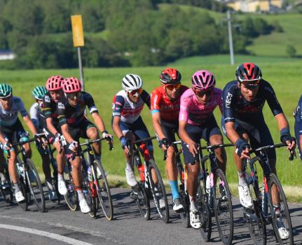 Egan Bernal defendió el liderato del Giro de Italia en la etapa 12.