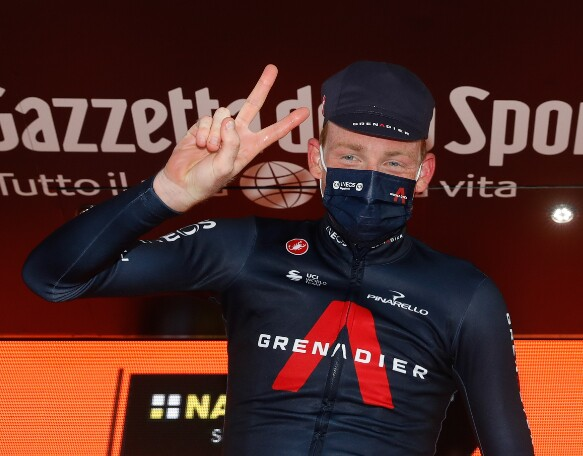 Tao Geoghegan Hart celebra tras ganar etapa 20 del Giro de Italia