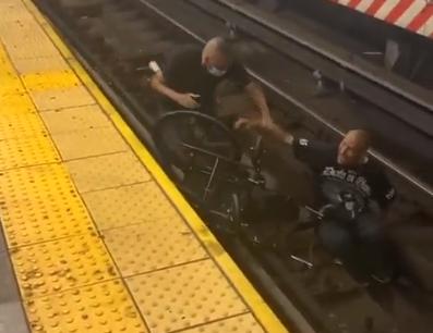 Saltó a las vías del tren en Nueva York para rescatar a un sujeto en sila de ruedas