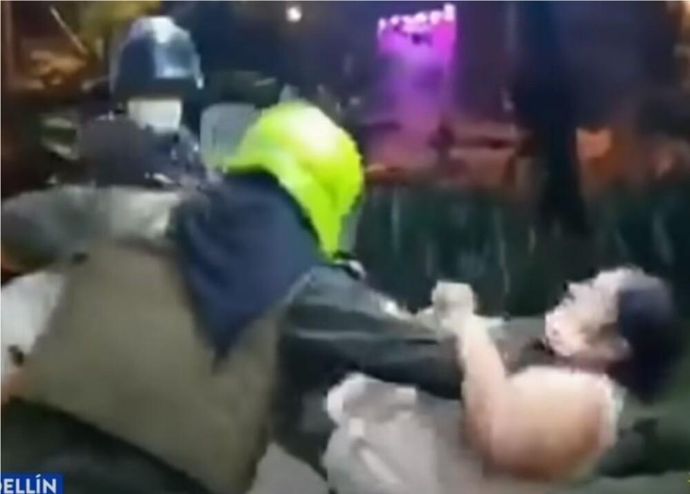 Agredieron a madre cuando buscaba evitar captura de su hijo en Medellín Foto Captura de video.jpg