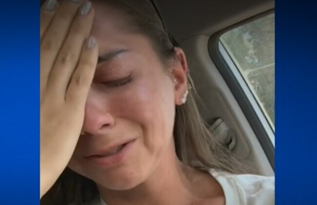 Entre lágrimas, mujer cuenta que no la atendieron por tener discapacidad auditiva