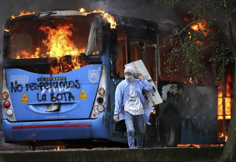 vandalismo en cali  que-bus-mio-vandalismo-afp .jpeg