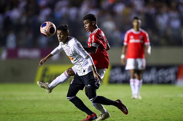 332917_Acción de juego entre Corinthians e Inter.