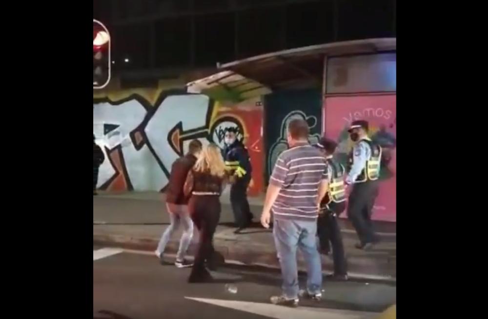 Pelea agentes de tránsito Medellín.png