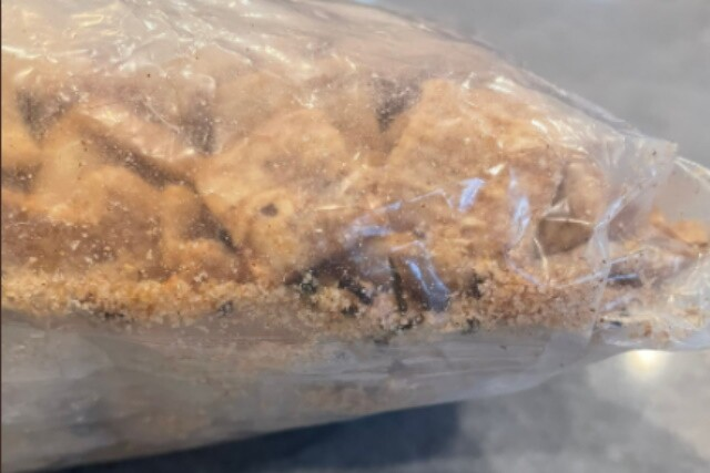 hombre dice que encontró parte de colas de camarón en su cereal