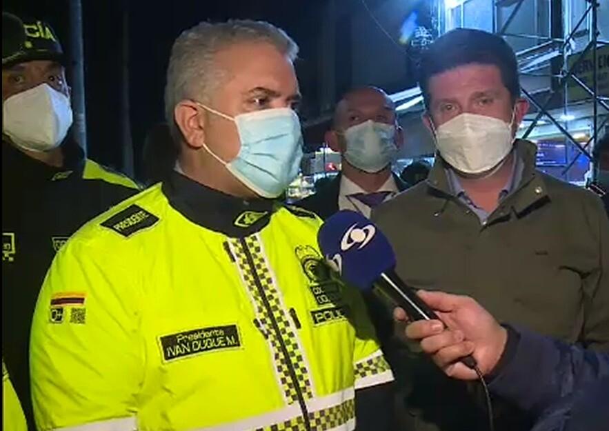 Duque se puso el nuevo uniforme de la Policía y visitó CAI en Bogotá.jpg