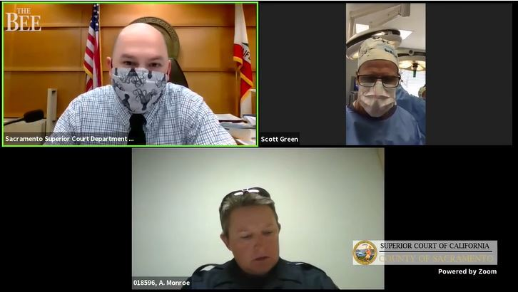 cirujano se conecta a videollamada durante una cirugía