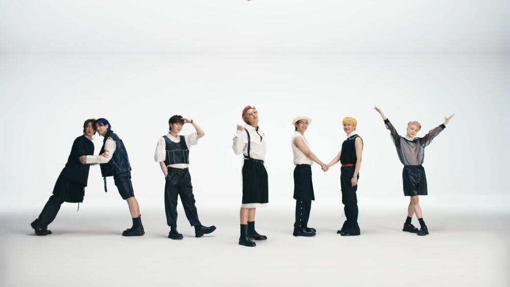 Jin, Suga, J-Hope, RM, Jimin, V y Jungkook de BTS en el video oficial de 'Butter'.