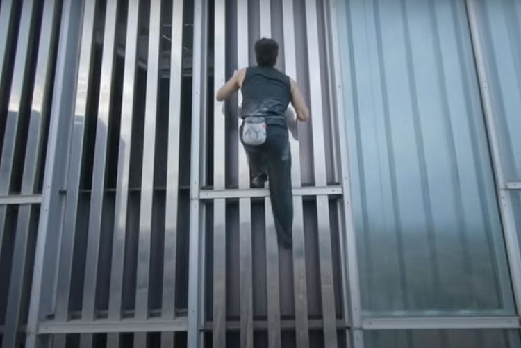 Impresionante video de joven que, sin elementos de seguridad, escaló un gigantesco edificio