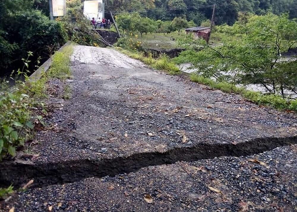 Puente al borde del colapso en Aguada