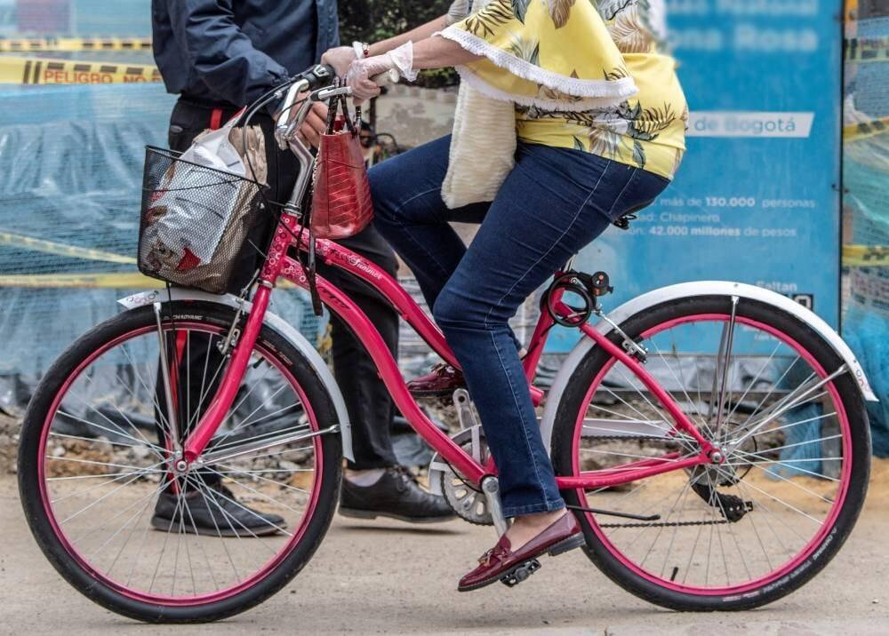 Mujer se accidenta en su bicicleta en Bogotá