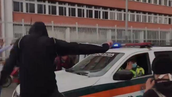 Golpean patrulla de la policía en Bogotá.JPG