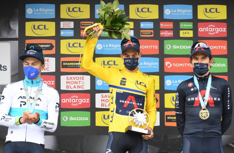 Alexey Lutsenko (segundo), Richie Porte (campeón) y Geraint Thomas (tercero) en el podio final del Critérium del Dauphiné.