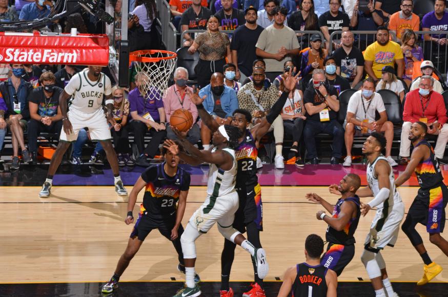 Los Bucks derrotaron a los Suns en el quinto juego de la final de la NBA.
