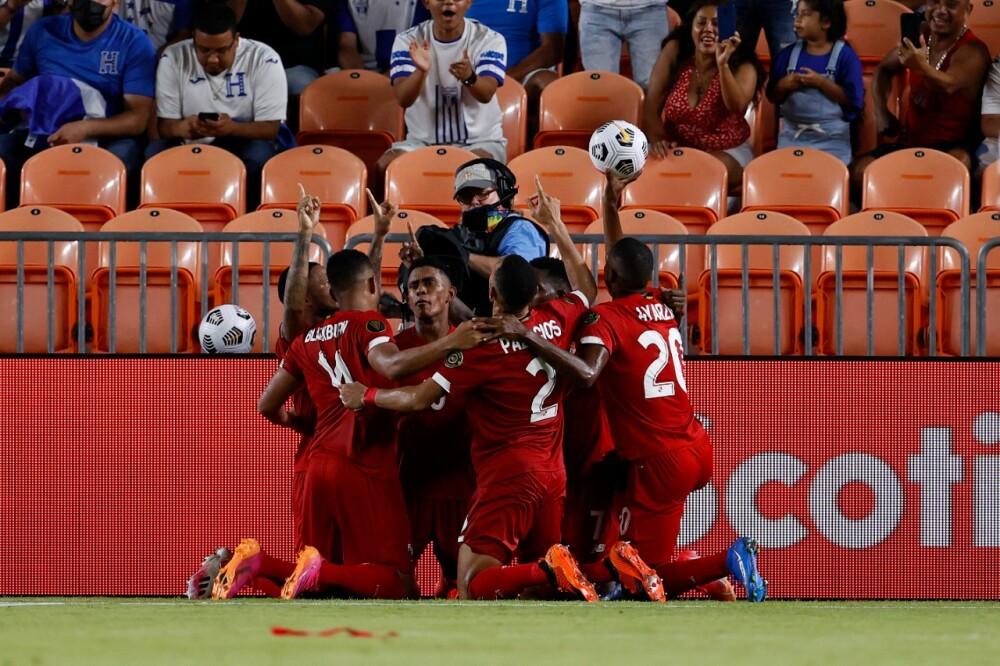 Jugadores de Panamá celebrando gol a Catar en la Copa Oro 2021.