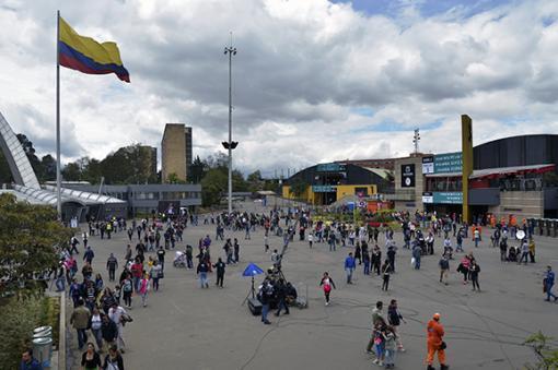 24168_Grupo de personas en Corferias, Bogotá - Foto: AFP