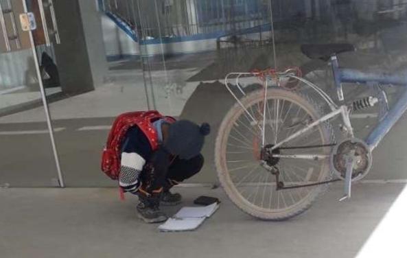 Niño que estudia en las calles